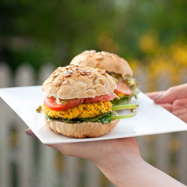 Burger jaglany w miodowej bułce