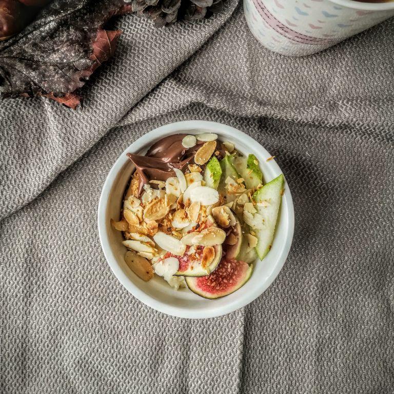 Płatki jaglane z miodowo-cynamonową gruszką