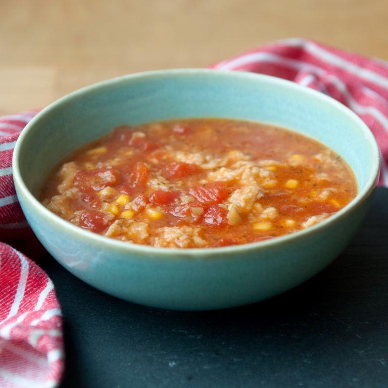 Szybka zupa z pomidorami, kukurydzą i kluskami