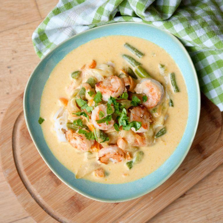 Kremowa zupa z mleczkiem kokosowym i makaronem ryżowym