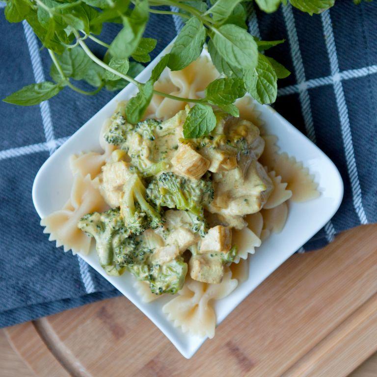 Makaron w brokułowym sosie z kurczakiem