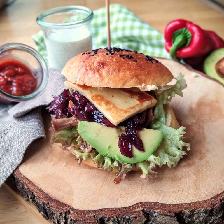 Domowe burgery z szarpaną wieprzowiną BBQ