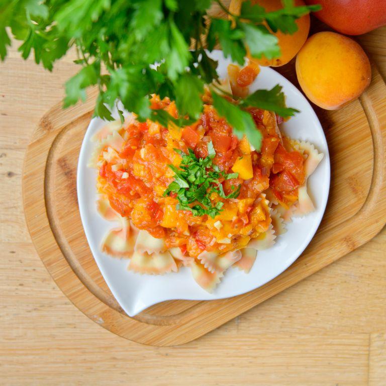 Makaron w sosie pomidorowo-morelowym