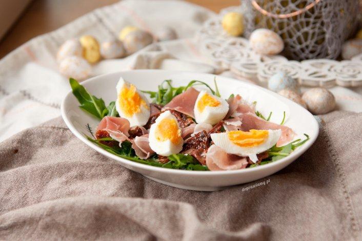Wiosenna sałatka z jajkiem i szynką parmeńską