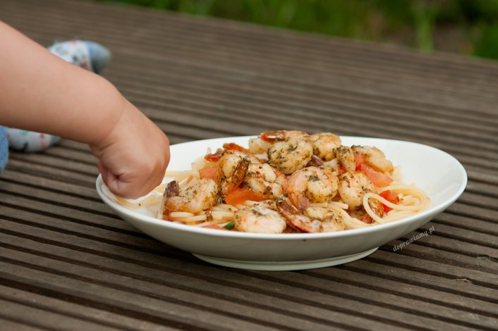 Makaron ze świeżymi pomidorami i krewetkami w czosnku