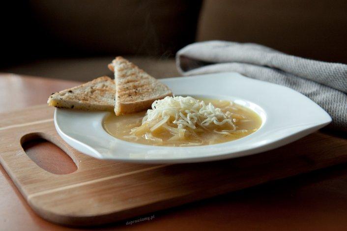 Zupa cebulowa na białym winie